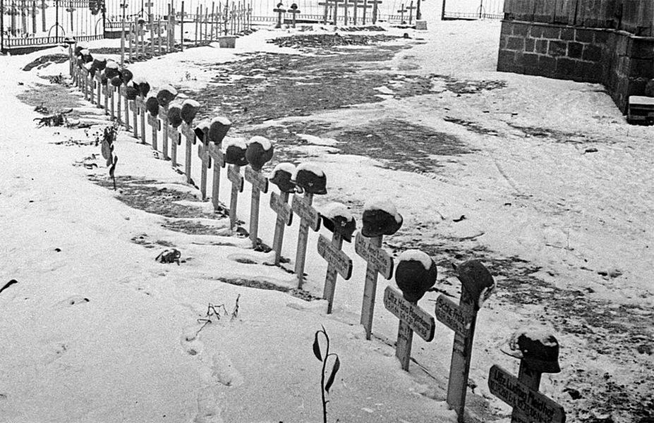 Немецкое солдатское кладбище в селе под Сталинградом.