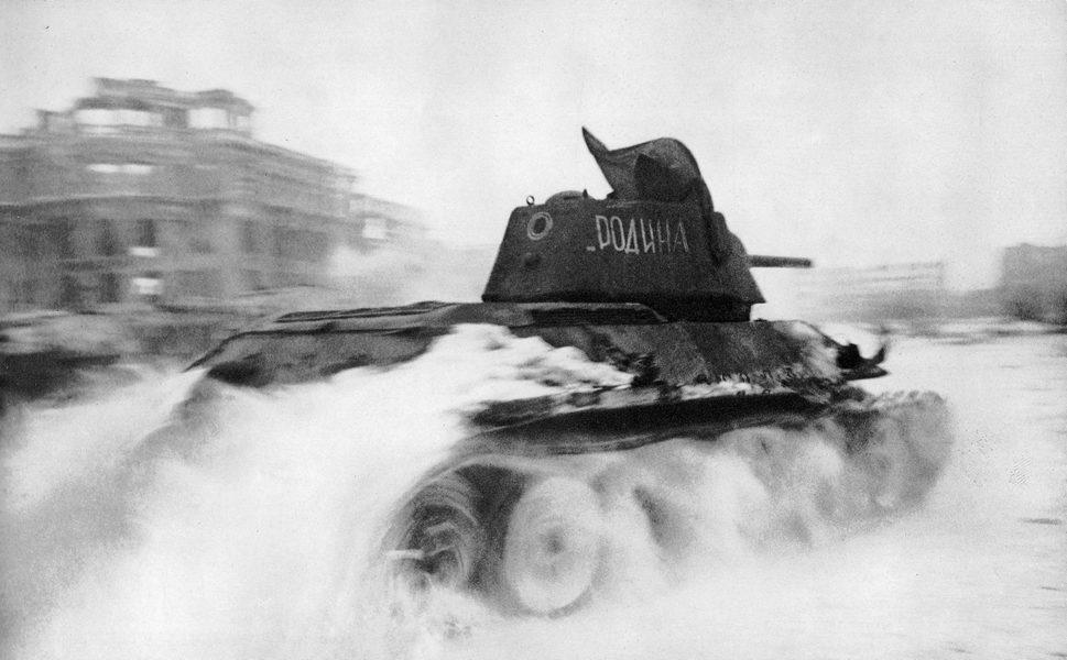 Танк Т-34 с именем собственным «Родина» на площади Павших Борцов в Сталинграде. Левее виднеется знаменитое здание центрального универмага, сильно поврежденное во время боев