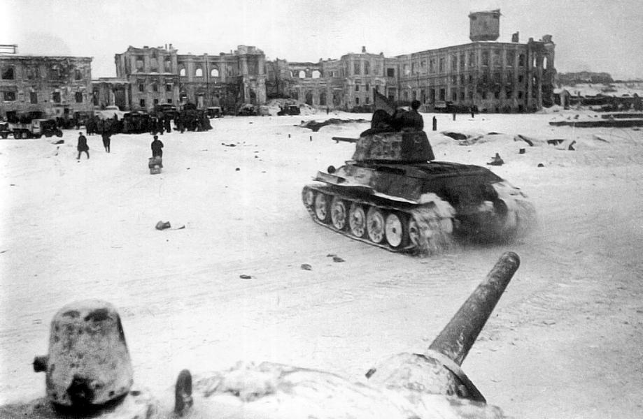 Центральная площадь Сталинграда в день капитуляции германских войск в Сталинградской битве. На площадь выезжают советские танки Т-34.