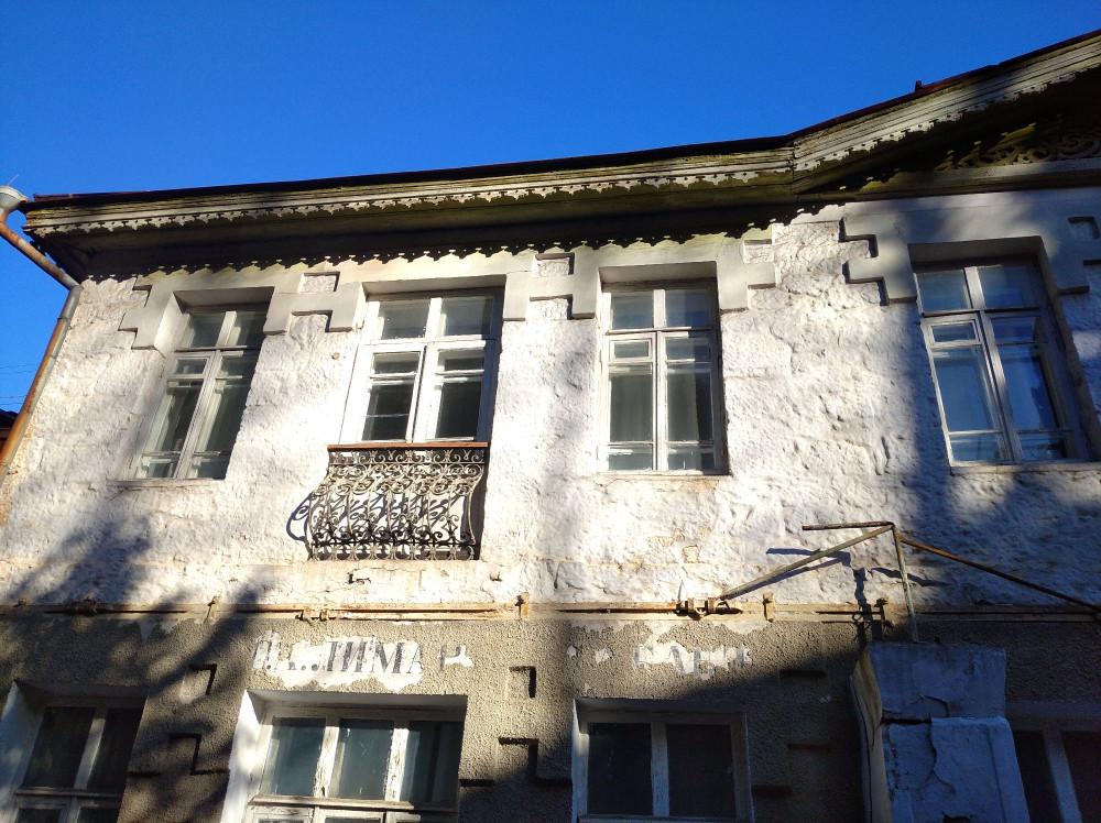 Гостиница Франция, видны старые вывески и тот самый пояс, балконы был убраны после несчастного случая на соседней улице