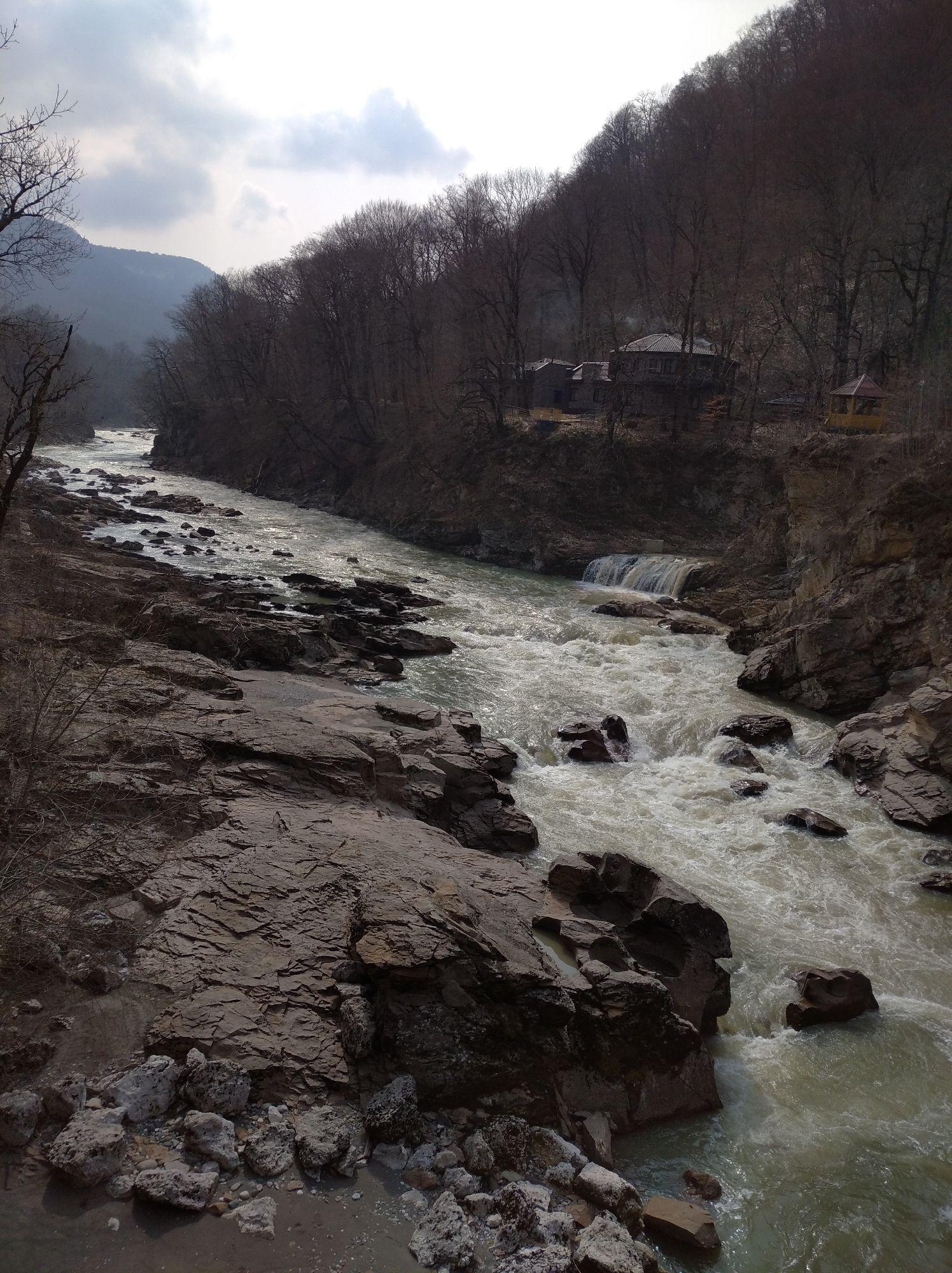 Белая река около начала тропы к водопаду Руфаго