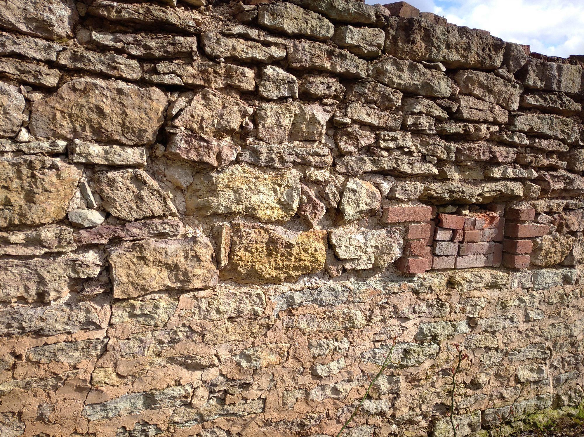 Стена хлева, пристроенного прямо к дому
