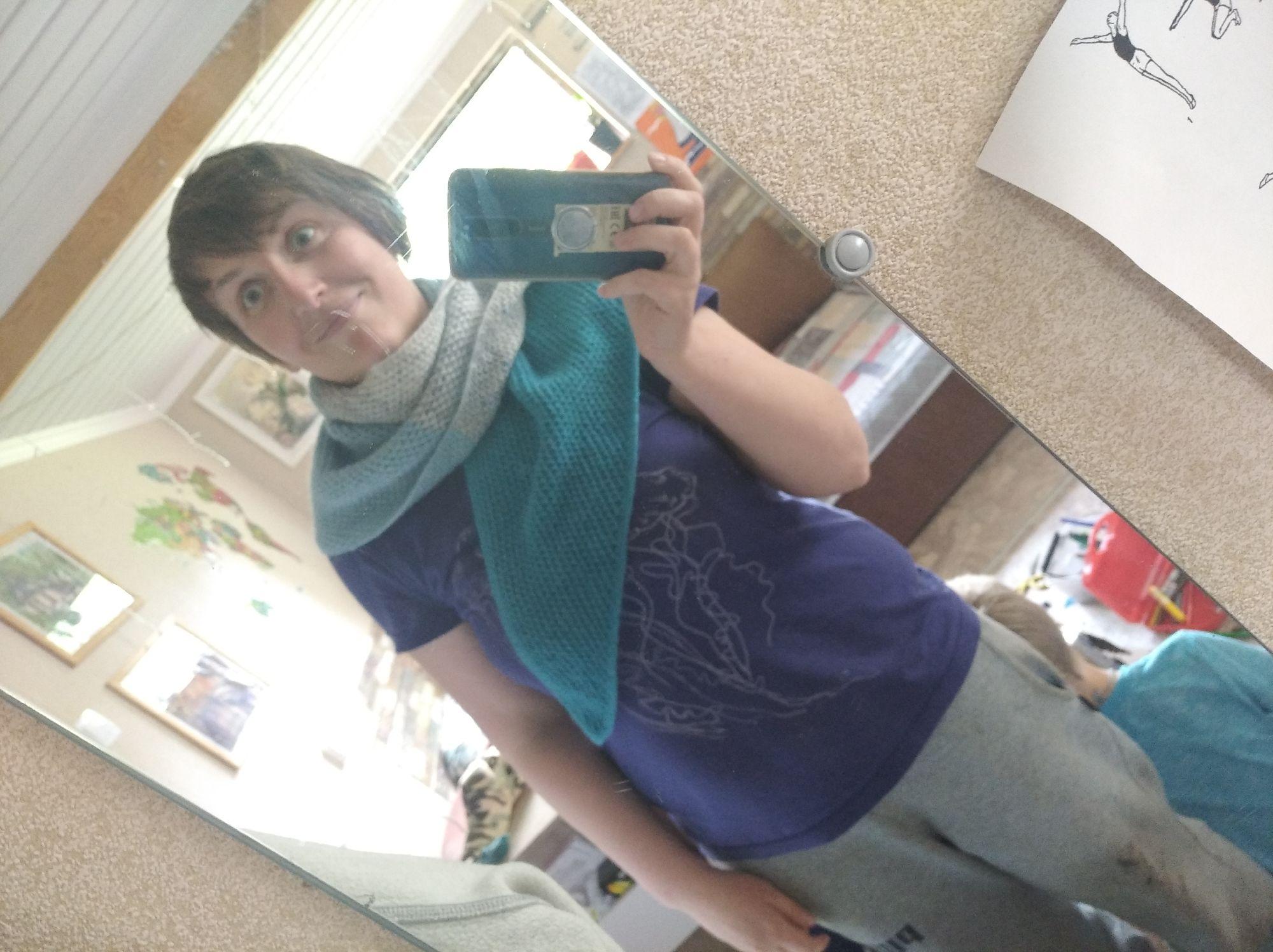 Мамина бодруга связала мне классный шарф , он несимметричен и от этого удобен. Очень приятный.