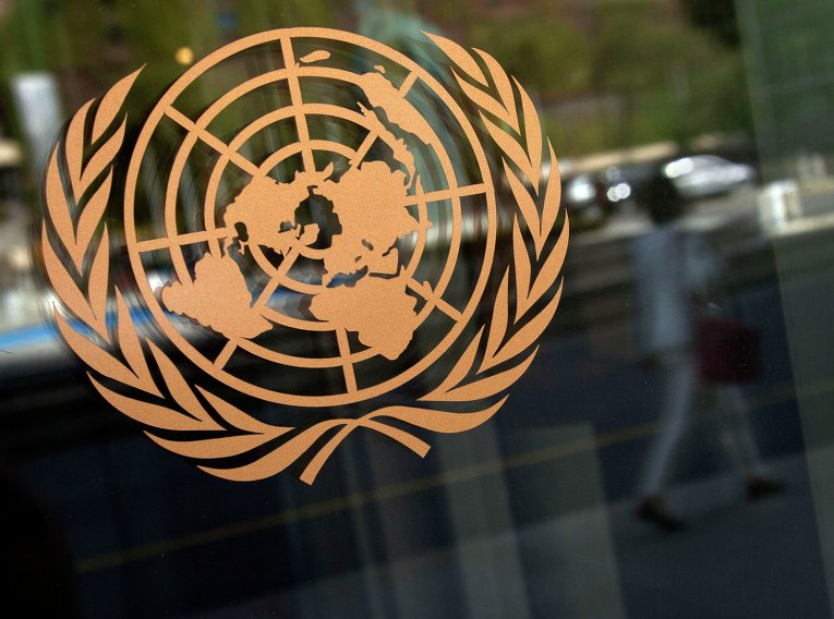 Логотип ООН на здании штабквартиры в Нью-Йорке