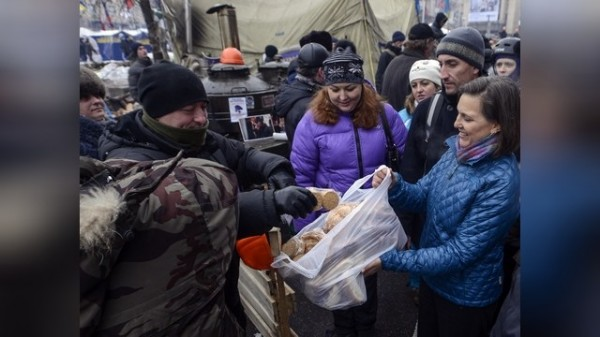 евроинтеграция украины; нуланд раздает печеньки госдепа на майдане