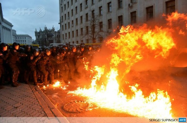 оппозиция на украине; митингующие бросают коктейль молотова в милицию