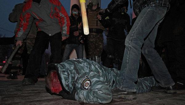 оппозиция на украине избивает пойманного милиционера