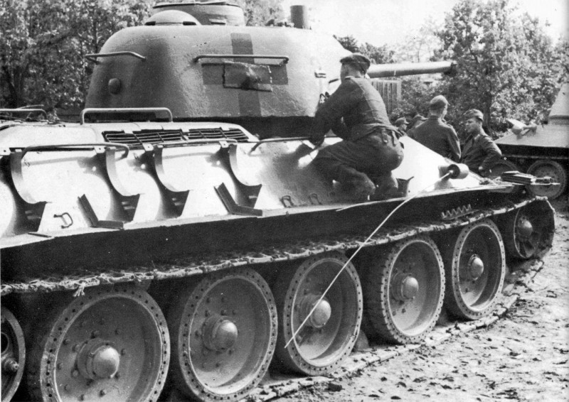 Schiffer-Captured_Tanks_under_the_German_Flag-40