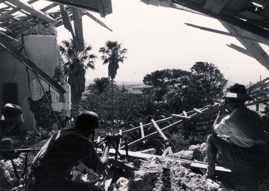 Fallschirmjager_in_Chania_Kreta_May_1941_MP40