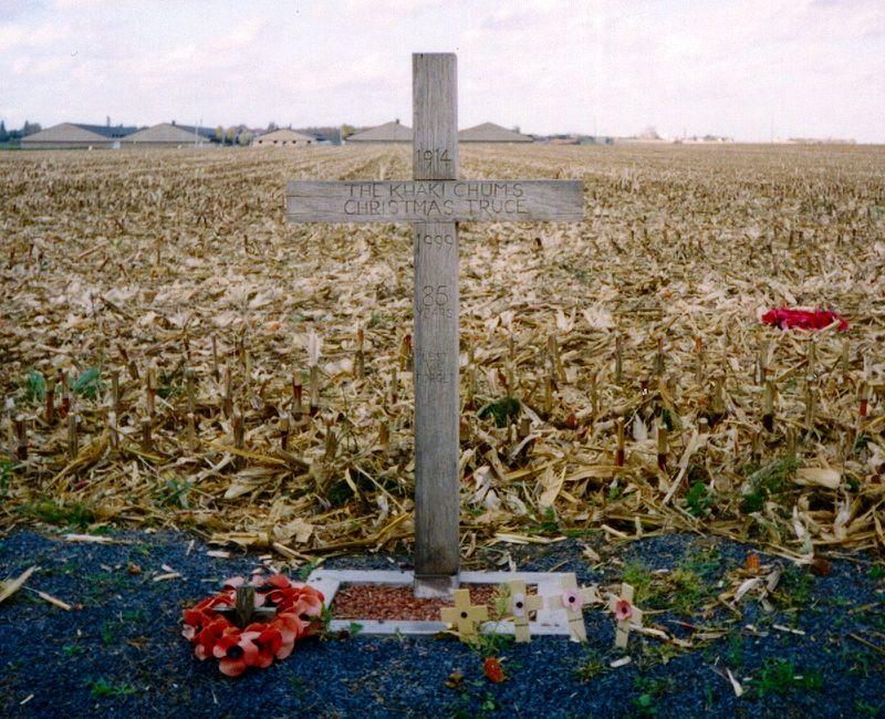 800px-Khaki-chums-xmas-truce-1914-1999.redvers