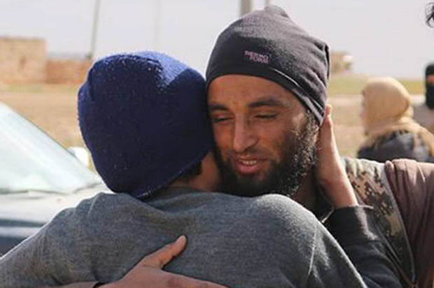 Islamic-State-killer-smiling-hugging-gay-man-he-later-executes-438507