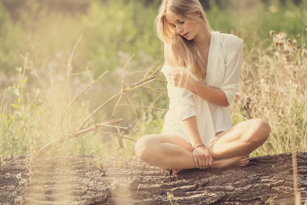 блондиночка-в-белой-рубашке-сидит-на-бревне-1000x667