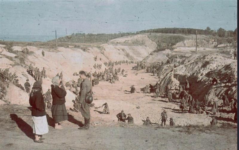 Фото Советские военнопленные под присмотром эсэсовцев засыпают землей участок Бабьего Яра, где лежат расстрелянные. Фото сделано через 10 дней после падения Кие... - Maxthon Cloud Browser 4.4.5.3000