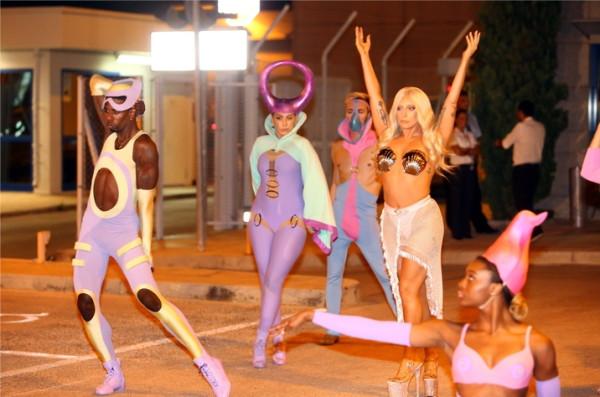 Фото Сотрудник аэропорта был несколько озадачен увиденным - В образе Афродиты Леди Гага появилась без одежды в аэропорту Афин (фото) - Фото 1  Леди Mail.Ru - Maxthon Cloud Browser4 4.4.1.5000