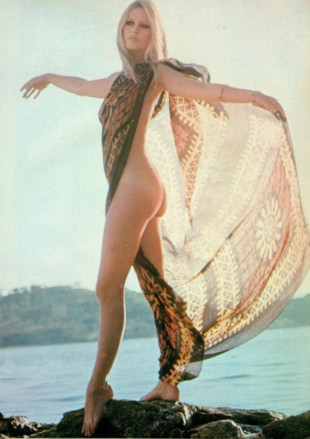 Playmen_10_1974_p_029_Brigitte_Bardot