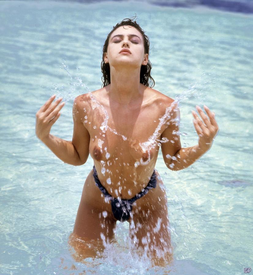 89181_Monica_Bellucci_water_topless___gippo_123_190lo