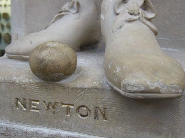 Каменное яблоко у ног статуи Ньютона в Оксфордском музее естественной истории.jpg