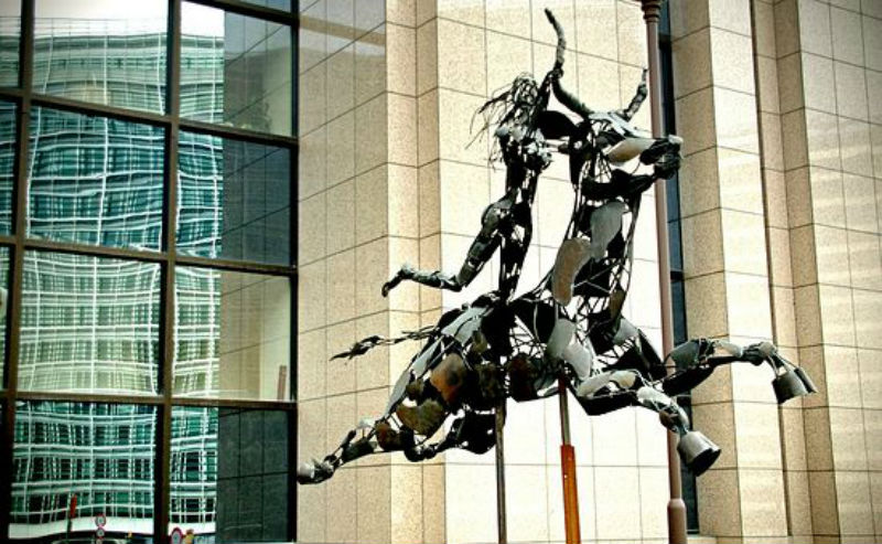 Похищение Европы - скульптура перед зданием Европарламента - Брюссель.jpg