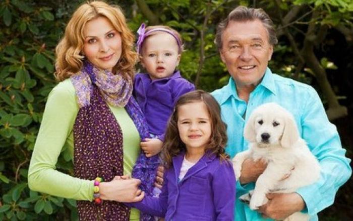 Карел Готт с женой и дочерьми.jpg