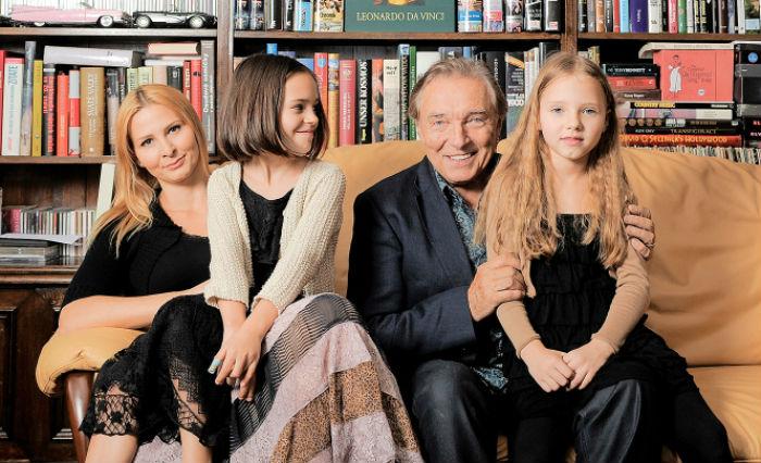 Карел Готт с женой и младшими дочерьми.jpg