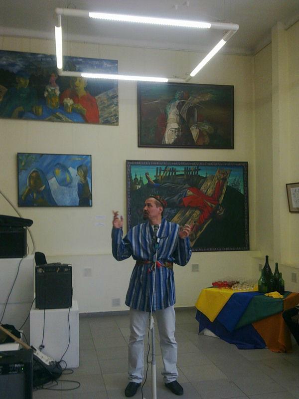 Владимир Глухов на выставке своих картин.jpg