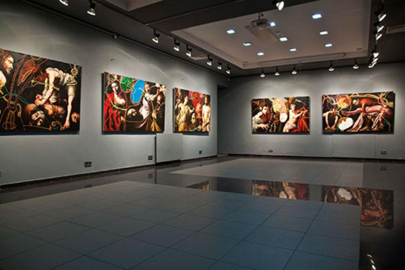 Картины Ройбурда в выставочном зале.jpg