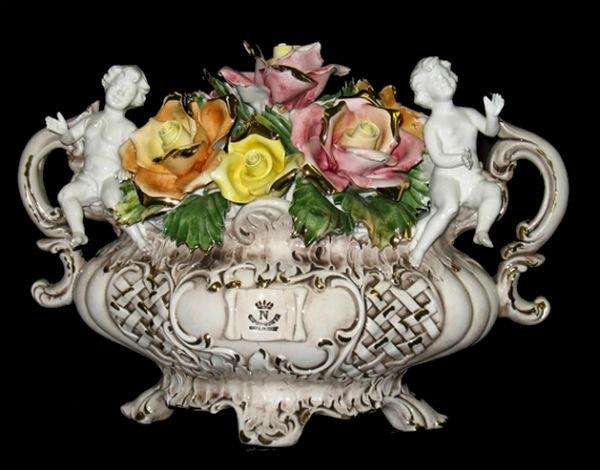 Ваза с розами - неаполитанский фарфор Каподимонте.jpg