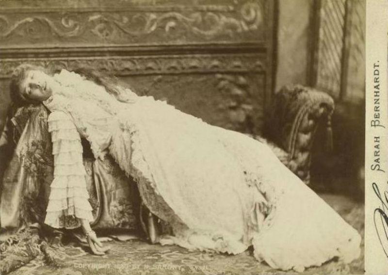 Сара Бернар в образе Маргариты Готье - Фотограф Наполеон Сарони - 1880.jpg