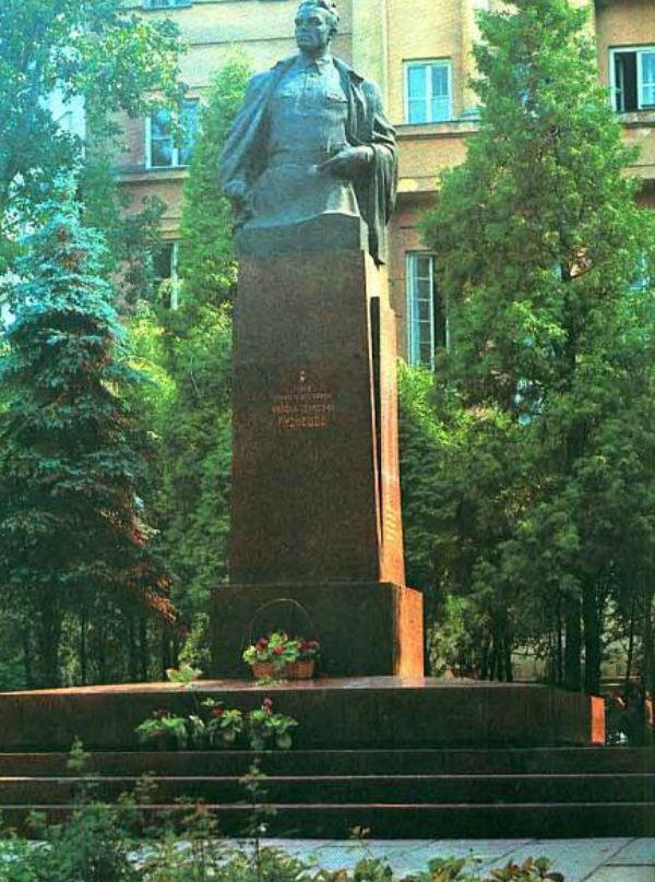 Памятник герою Советского Союза Николаю Ивановичу Кузнецову - Львов.jpg