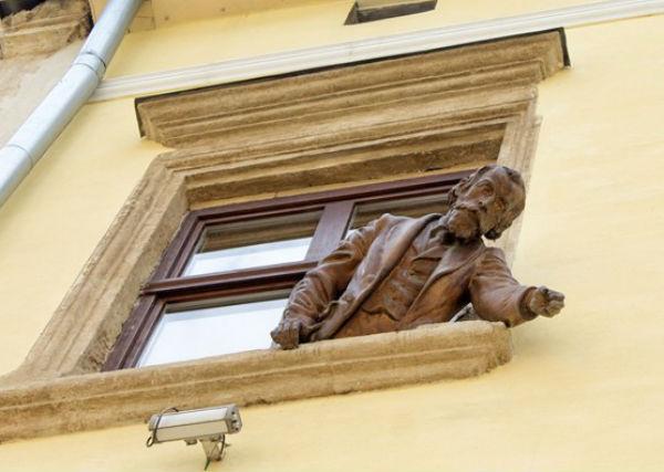Скульптура изобретателя керосиновой лампы Игнаса Лукасевича - кафе Керосиновая лампа - улица Армянская.jpg