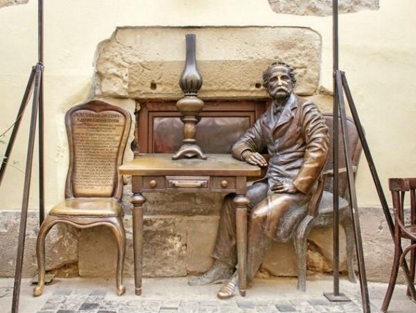 Скульптура изобретателя керосиновой лампы Яна Зега - кафе Керосиновая лампа - улица Армянская.jpg