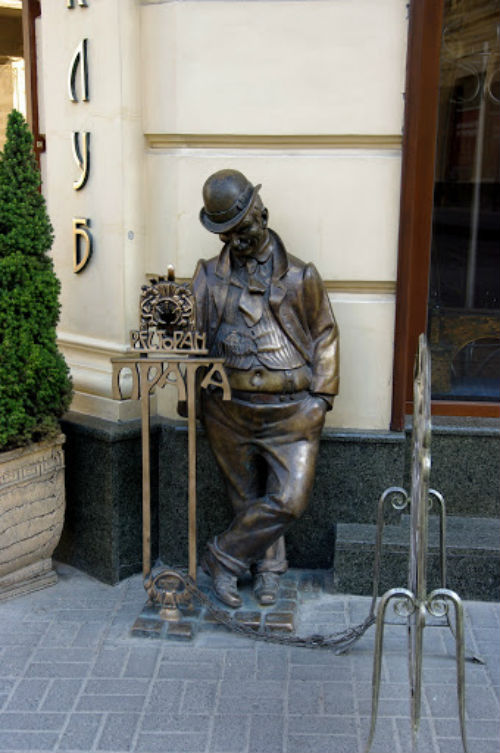 Скульптура пьянчужки - ресторан Прага - Гнатюка 8.jpg
