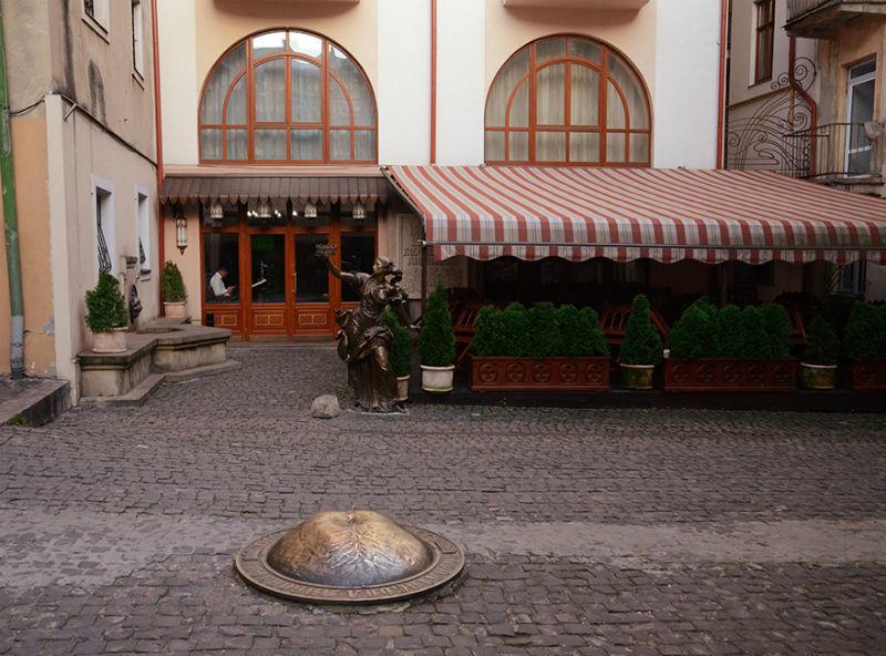 Скульптура королевы и пивной пуп Украины - ресторан Королівська пивоварня - площадь Ринок 18.jpg