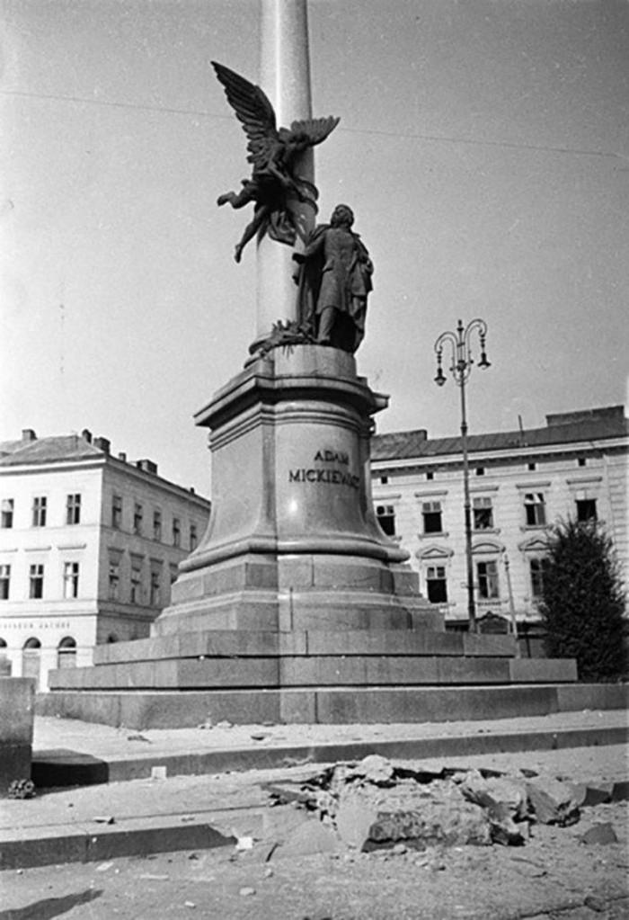 Памятник Мицкевичу - 1944.jpg