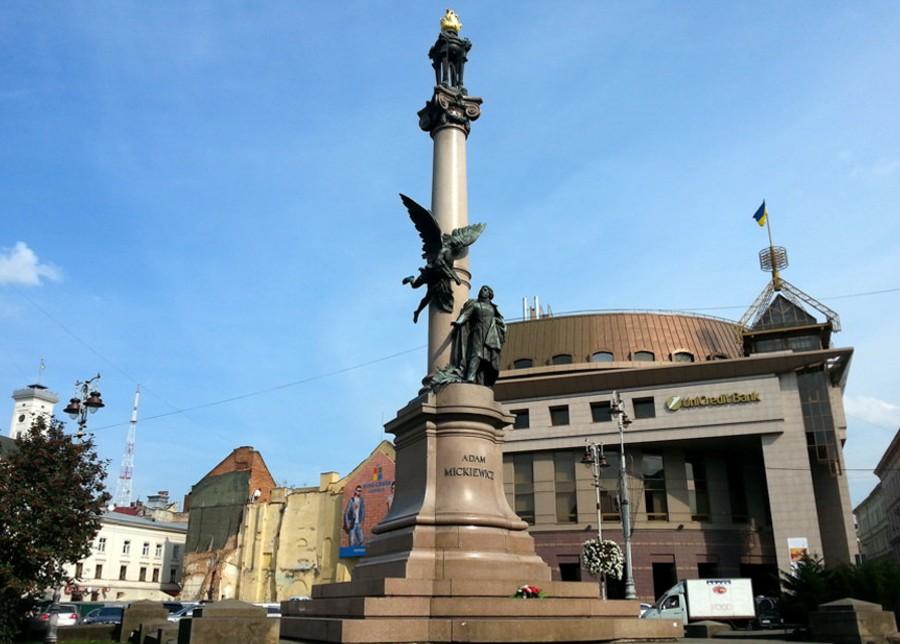 Памятник Мицкевичу на фоне банка.jpg