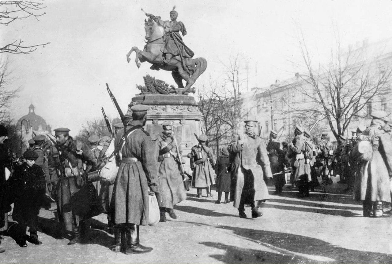 Русские солдаты у памятника Яну III Собескому во Львове во время Первой мировой войны -  1914.jpg