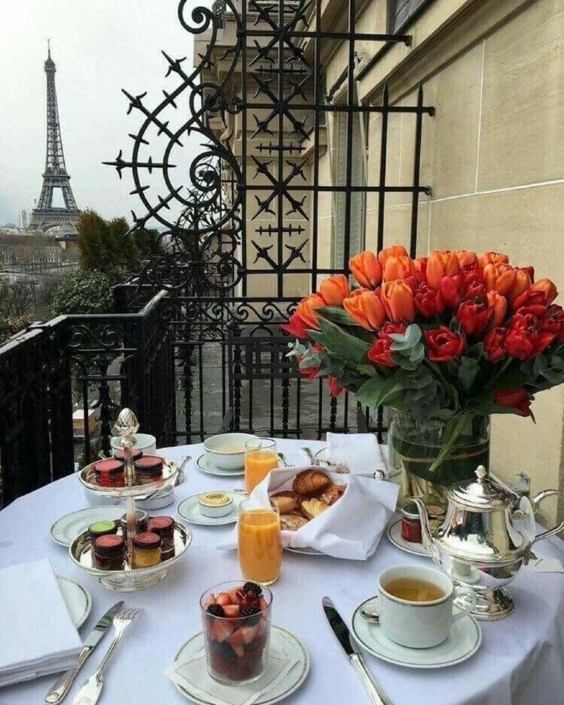 Завтрак с видом на Эйфелеву башню.jpg