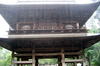 Engaku-ji gate in pouring rain