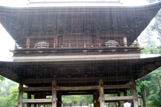 Engaku-ji gate in pouring rain