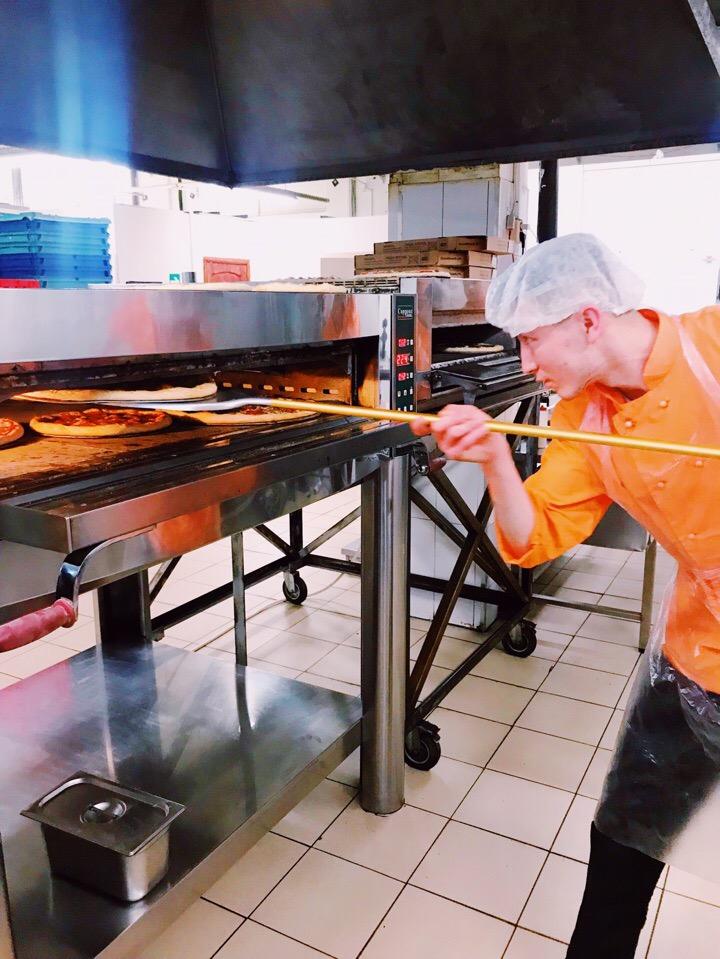 Ответственное дело - загонять уже красивую, но еще сырую пиццу в печь, а потом следить за ней, потому что за этими товарищами нужен глаз да глаз:)