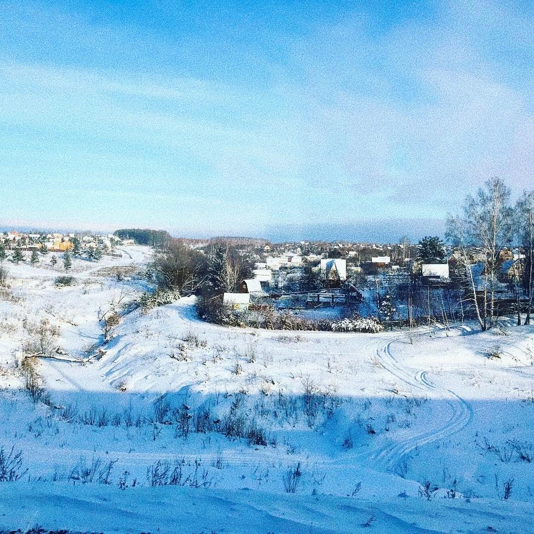 Снег в тени горы выглядит нереально ярким и от этого еще более волшебным