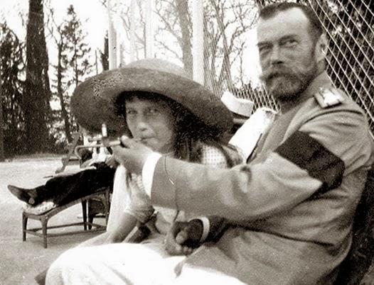 Николай дает покурить младшей дочери