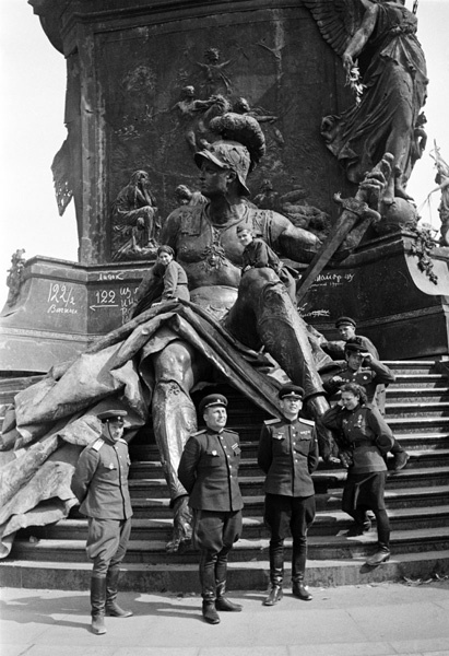 Аркадий Шайхет. Советские офицеры у памятника Кайзеру Вильгельму I в Берлине. 1945.