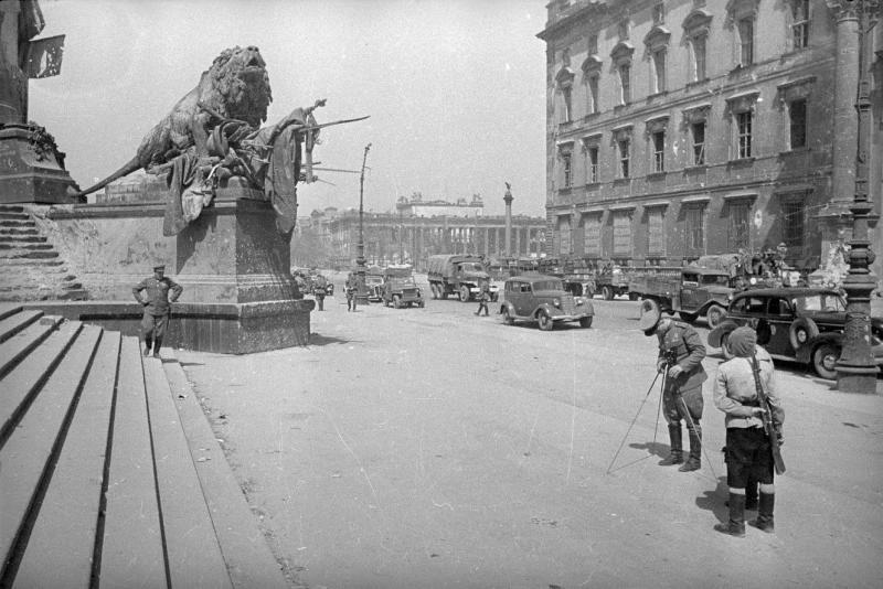 Георгий Петрусов. Около памятника кайзеру Вильгельму I. 1945