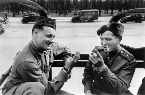 Роберт Капа.  Американский солдат продает часы русскому, торгуются с помощью жестов. Берлин, август 1945