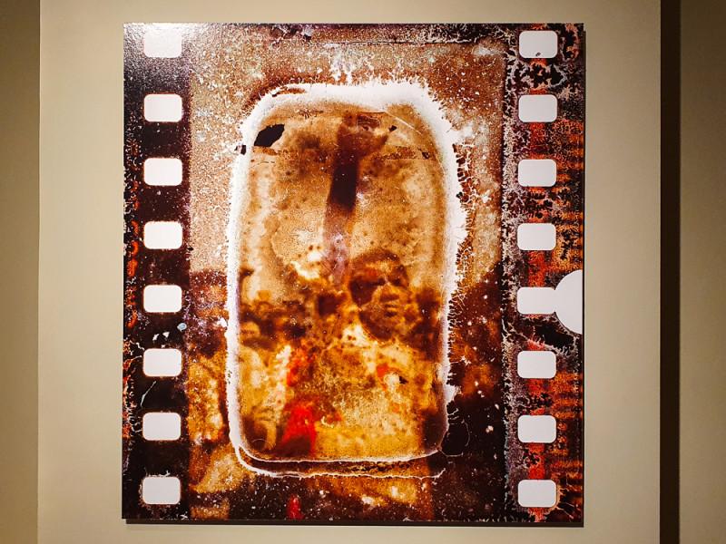Гидеон Мендель. Возмущенные активисты во время похорон молодых людей, убитых в городке Кватема недалеко от Йоханнесбурга. 1985. На выставке Prix Pictet в Доме-Музей «Усадьба Муравьёвых-Апостолов»