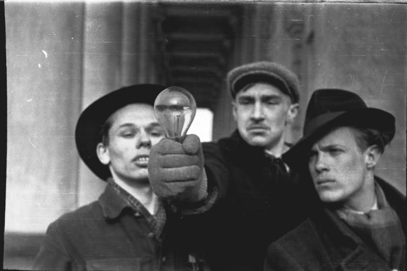 «Даешь Электрофикацию!» Рид Грачев, Михаил Красильников, Эдуард Кондратов. Ленинград,Середина 1950-х