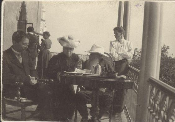 Л.Н.Толстой, С.А.Толстая, М.Л.Оболенская и А.П.Чехов на балконе дома в Гаспаре. П. Сергеенко. 12 сентября 1901