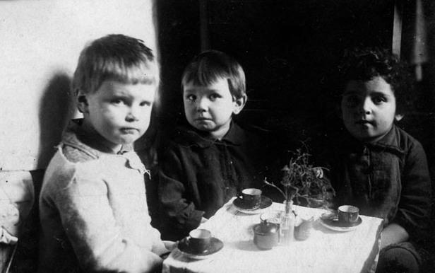 Первое фото, сделанное Юрой Кривоносовым. Соседские девочки Инга, Лида и Лиля. Москва, 1936. Фото из архива Ю.М. Кривоносова