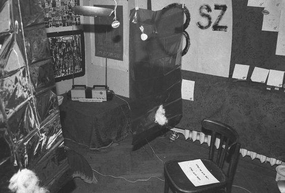 Михаил Рошаль, «Искусство для искусства». Два работающих телевизора, повернутых друг к другу и прижатых экранами